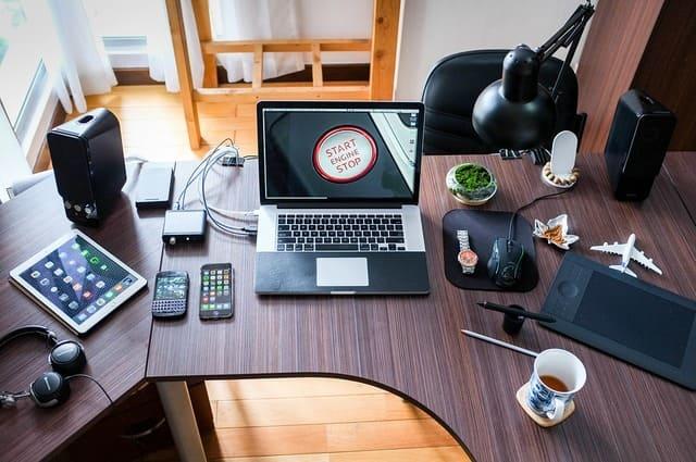 Bài trí đồ đạc trên bàn làm việc