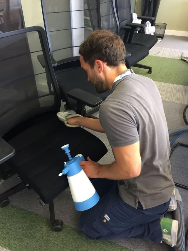 Có nên tự giặt ghế văn phòng