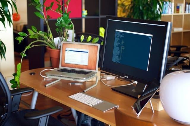 Hình dáng và màu sắc bàn làm việc